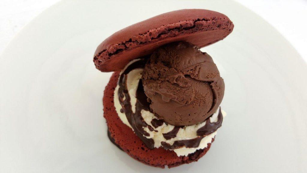 Macaron glacé et sorbet chocolat