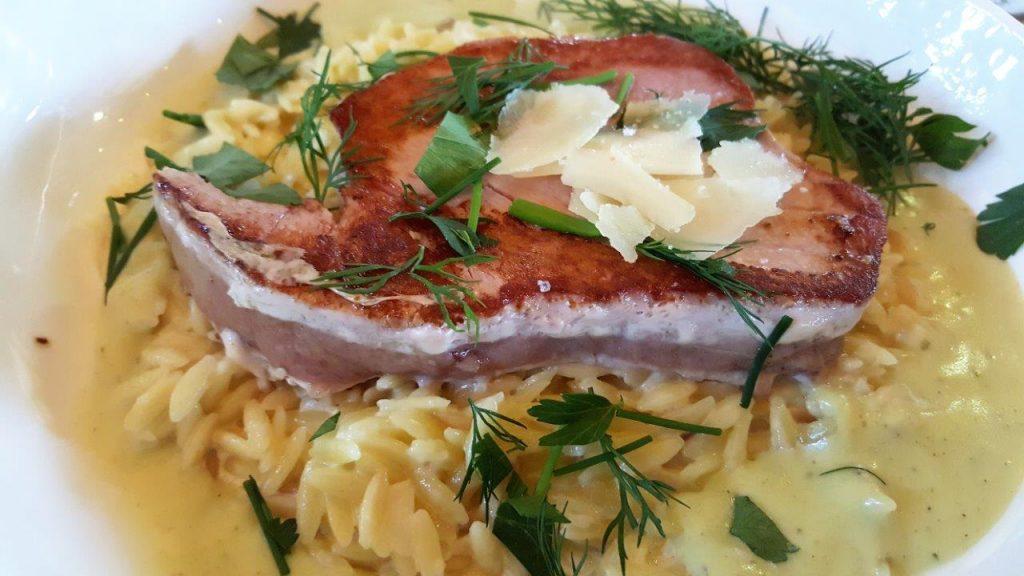 Thon mi cuit risotto de pâtes Puntalette torréfiées, coulis de basilic