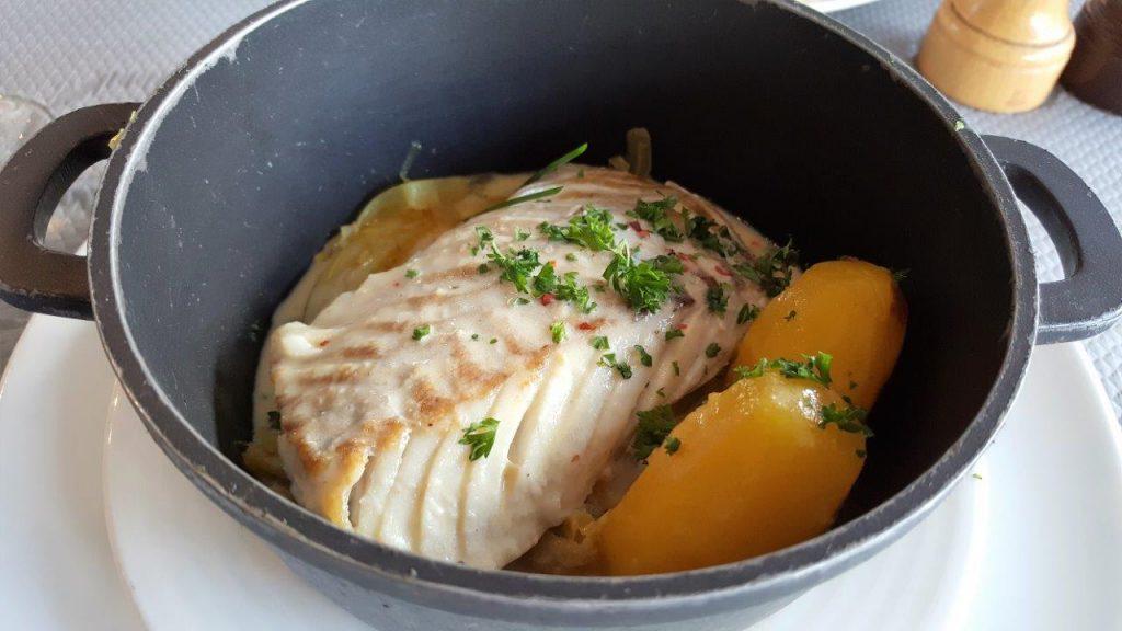 Cocotte de lieu noir à la plancha, fenouil confit, pommes de terre safranées et beurre blanc