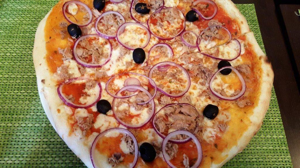 Pizza al tonno, sauce tomate, mozzarella, thon, olives, oignons