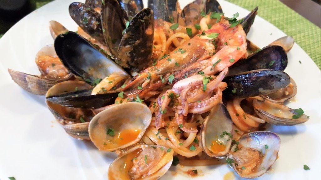 Linguine aux fruits de mer, moules, palourdes, calamars, gambas