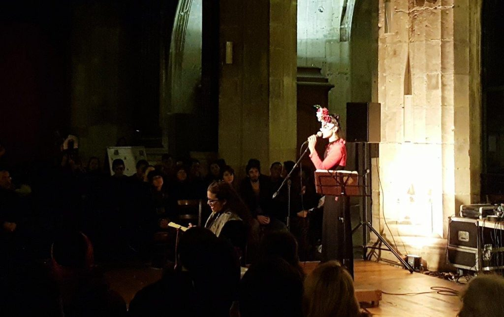 "performance ""QUESTION DE VIE OU MORT"", par Yolanda Preciado (chanteuse) et Marisa Rubio (Comédienne)."