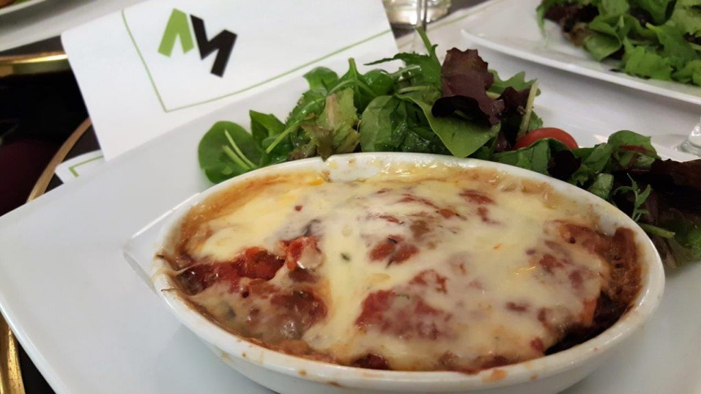Gratin aubergines mozzarella et salades mêlées