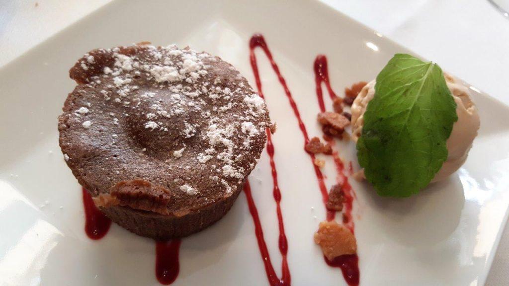 """Moelleux au chocolat """"Valrhona"""", glace noisette du Piémont (menu enfant)"""