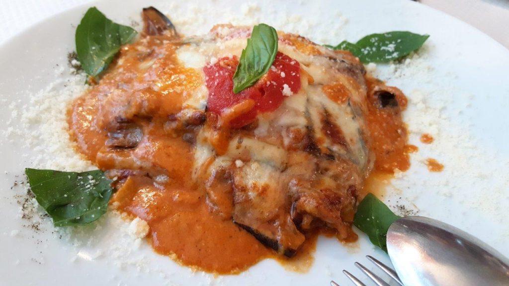 Melanzane alla parmigiana : tranches d'aubergines recouvertes de fromage, sauce tomate, basilic, parmesan, gratinées au four