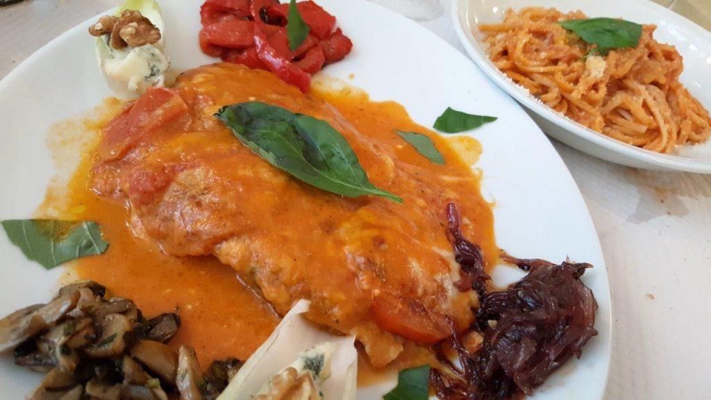 Scaloppina la Strada : escalope de veau, tomate fraîche, tranches d'aubergines, fromage, gratinées au four
