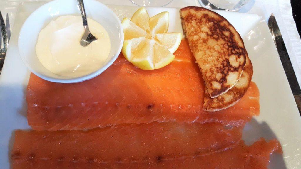 Saumon fumé maison, blini et crème fraîche