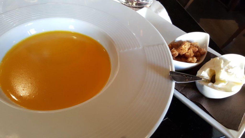 Soupe crémeuse de potimarron, petits croûtons